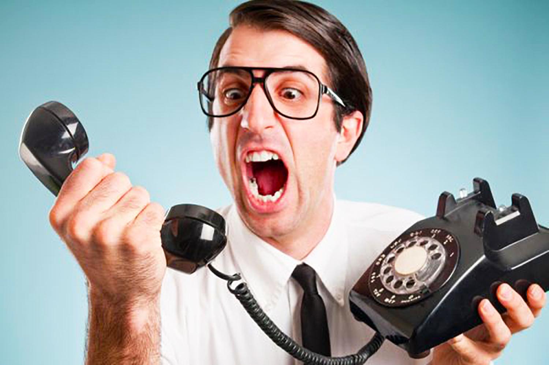 Uomo arrabbiato con il Call center